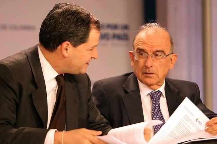 El jefe negociador del Gobierno de Colombia, Humberto de la Calle (derecha), fue quien dio a conocr los descesos. (Foto Prensa Libre: EFE).