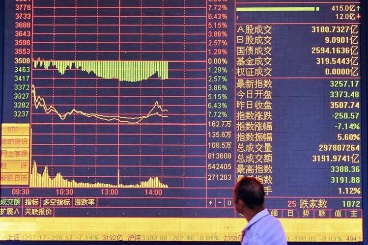 Un inversionista revisa hoy algunos indicadores en bolsa de China. (PlL-EFE)
