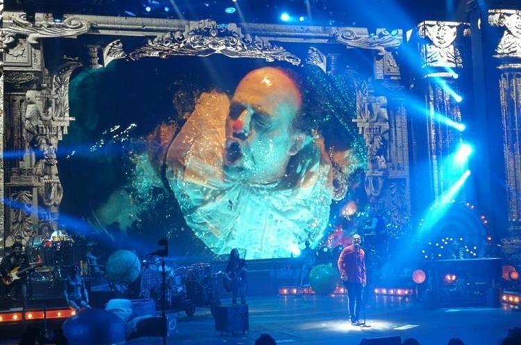 Arjona utiliza visuales en el escenario de su reciente gira. (Foto Prensa Libre: Keneth Cruz)