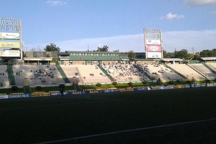 El público blanco se ha ausentado notoriamente del estadio Cementos Progreso. (Foto Prensa Libre: Norvin Mendoza)