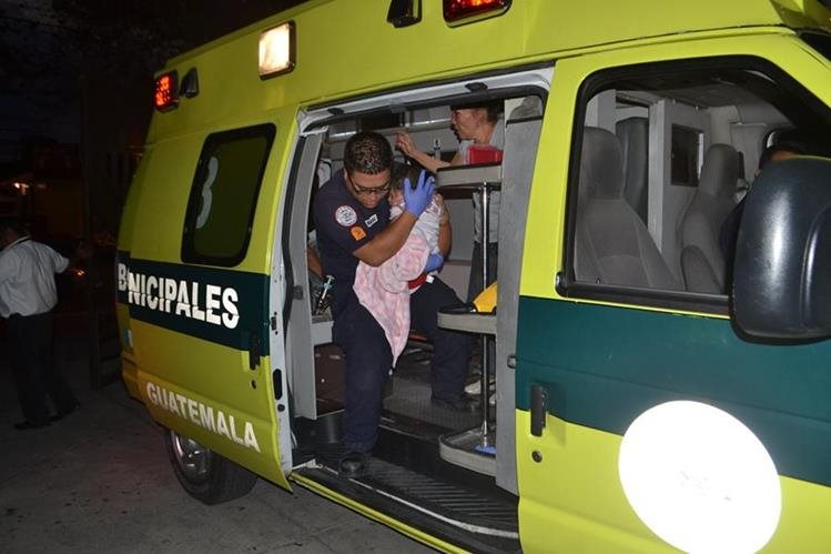 Bomberos Municipales atendieron a la menor de 9 meses herida en la zona 5.(Foto Prensa Libre: CBM)