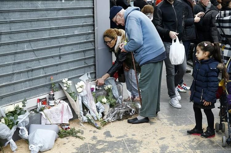 VAL111. Paris (France), 14/11/2015.- People lay flowers in front of the Petit Cambodge restaurant in Paris, France, 14 November 2015. At least 120 people have been killed in a series of attacks in Paris on 13 November, according to French officials. Eight assailants were killed, seven when they detonated their explosive belts, and one when he was shot by officers, police said. French President Francois Hollande says that the attacks in Paris were an