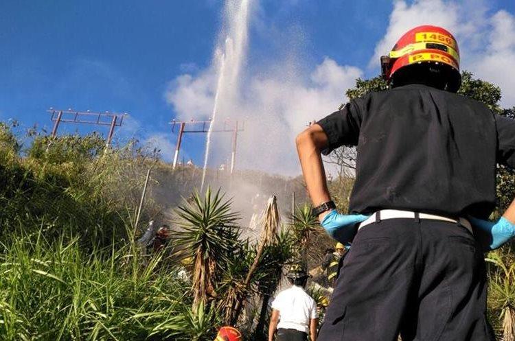 Ambos cuerpos de bomberos apoyan en el lugar.