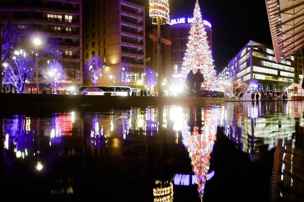 El árbol de Navidad iluminado cerca del mercado navideño en Berlín, Alemania(AP).
