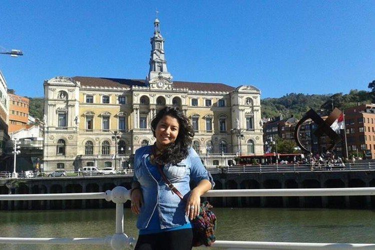 Idily Mérida posa frente al Ayuntamiento de Bilbao, España, donde reside desde hace dos años. (Foto Prensa Libre: María José Longo)