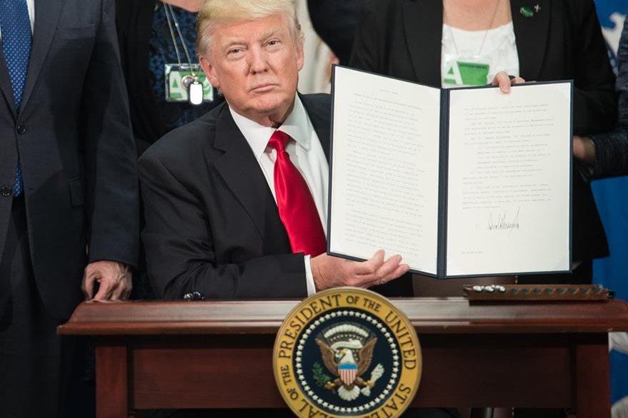 El pasado 25 de enero Trump firmó el decreto que ordena la construcción del muro. (Foto Prensa Libre: AFP)