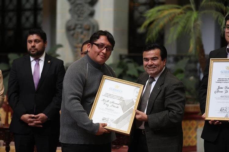Keneth Cruz (centro) recibe el premio otorgado por el Ministerio de Cultura y Deportes. (Foto Prensa Libre: Óscar Rivas)