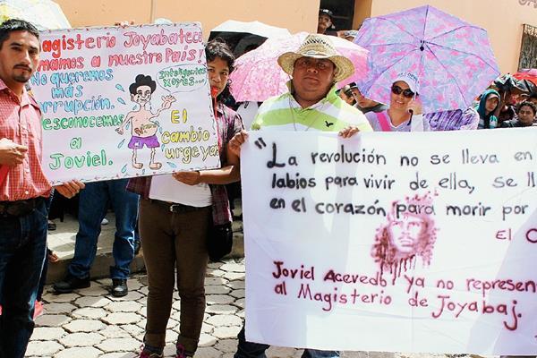 Maestros de Joyabaj, Quiché, llevaron pancartas con señalamientos contra el dirigente magisterial Joviel Acevedo. (Foto Prensa Libre: Óscar Figueroa)
