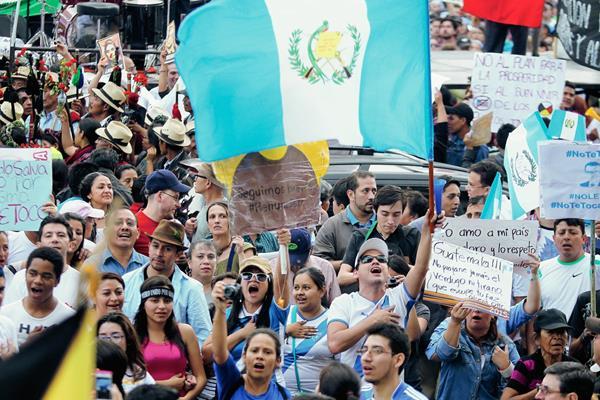 """Con el lema """"Con los Chapines no se juega"""", los guatemaltecos expresaron su sentir por la corrupción en el país. (Foto Prensa Libre: Hemeroteca PL)"""