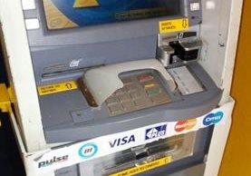 Cajero automático ubicado en un sector de la zona 6 estaba alterado con un dispositivo. (Foto Prensa Libre: PNC)