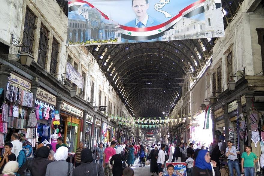 Damasco parece cualquier lugar del mundo menos la capital de Siria. Por las noches la gente abarrota los centros comerciales y llevan una vida normal. (Foto Prensa Libre: EFE).