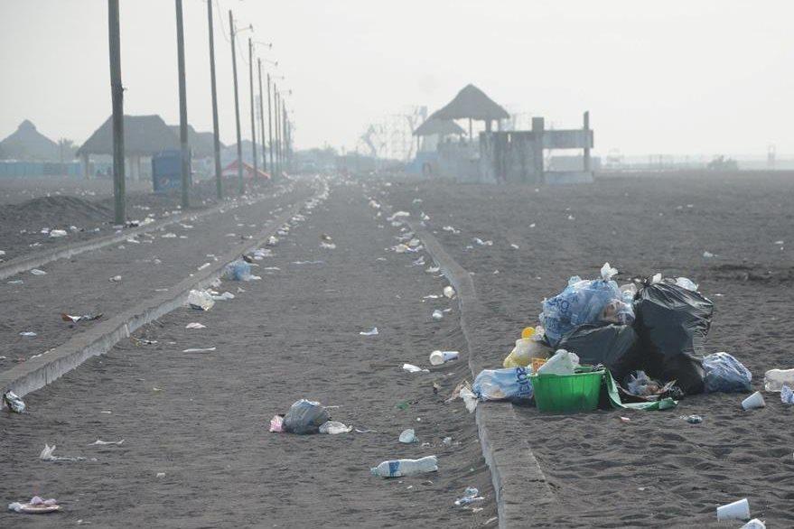 Otra de las áreas que quedó contaminada por la basura. (Foto Prensa Libre: Enrique Paredes).