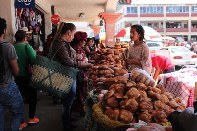 Pobladores y visitantes compran pan en una venta instalada en San Pedro Sacatepéquez. (Foto Prensa Libre: Aroldo Marroquín).