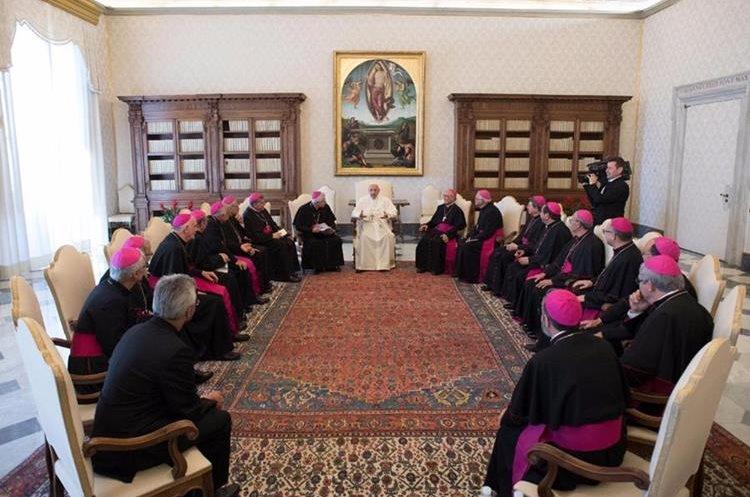 Durante la reunión, los miembros de la CEG informaron al Papa de la situación del país. Foto Prensa Libre: AP.