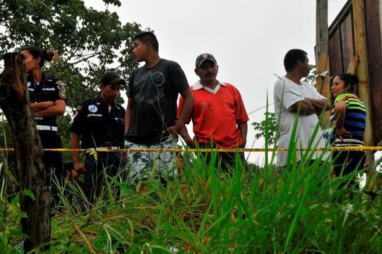 Curiosos permanecen en el lugar donde fue localizado el cadáver de Jorge Mario Méndez. (Foto Prensa Libre: Rigoberto Escobar)