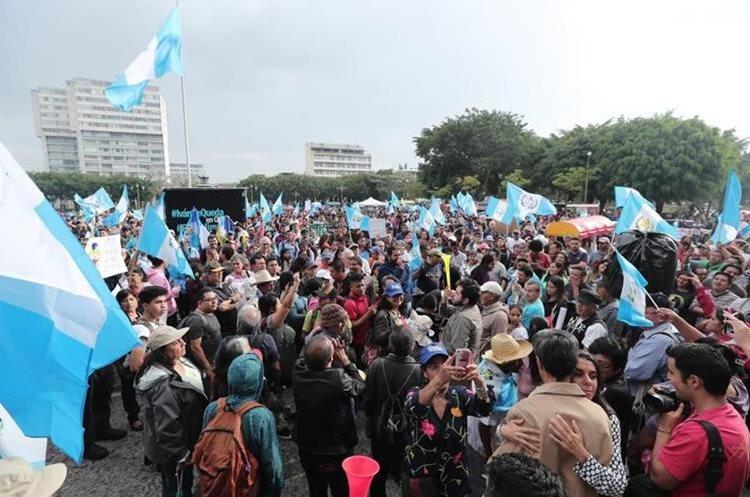 Manifestantes cantaron el Himno Nacional y expresaron consignas contra la decisión del Ejecutivo. (Foto Prensa Libre: Juan Diego González)
