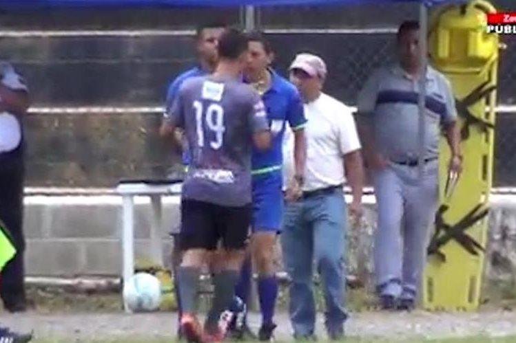 El árbitro Misael Castro está en el ojo del huracán, luego de haber agregido a Armando Florián, de Carchá, durante el partido de la primera jornada del Apertura 2017 de la Primera División (Foto Prensa Libre: cortesía Zona Pública)