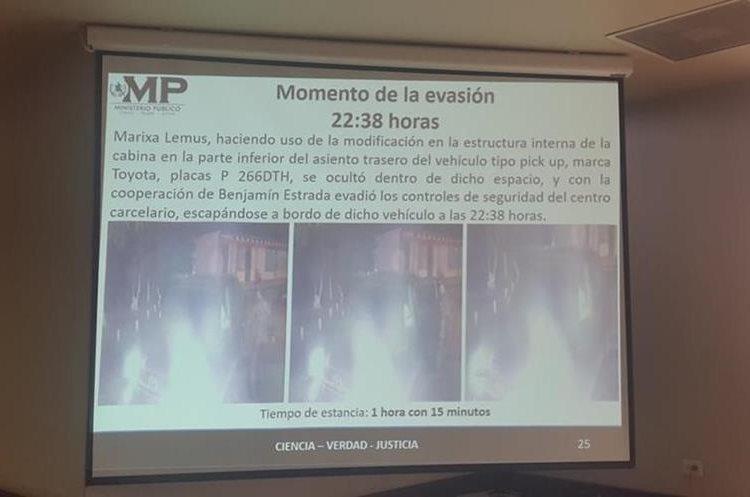 El momento en que sale el picop conducido por el abogado en donde salió La Patrona. (Foto Prensa Libre: MP)