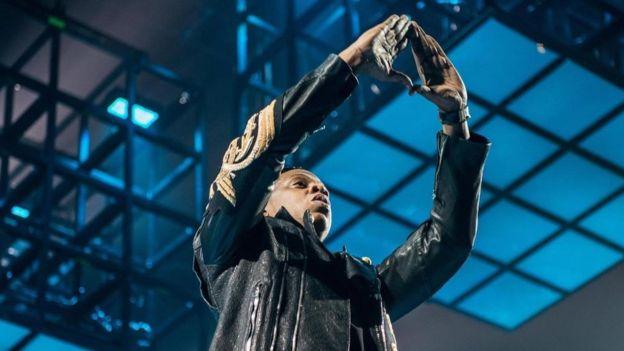 Jay Z es una de las celebridad que ha hecho la figura del triángulo con las manos, que supuestamente constituye el símbolo de los illuminati, en conciertos. ALAMY
