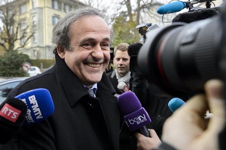 El francés Michel Platini a su salida del TAS responde las preguntas de los periodistas. (Foto Prensa Libre: AFP)