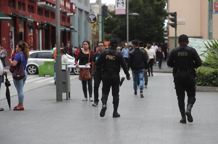 Agentes de la PNC patrulla el Centro Histórico con el objetivo de disminuir los hechos de violencia. (Fotos Prensa Libre: Érick Ávila)