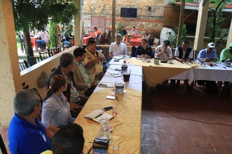 Autoridades de Guatemala y Honduras se reunieron para buscar solución al problema de los desechos del río Motagua. (Foto Prensa Libre: Dony Stewart)