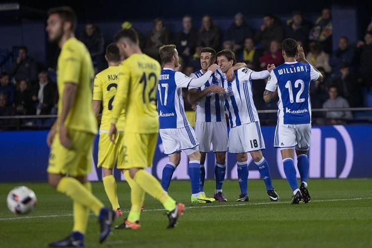El delantero de la Real Sociedad Mikel Oyarzabal (2d) celebra con sus compañeros el gol marcado contra el Villarreal. (Foto Prensa Libre: EFE)