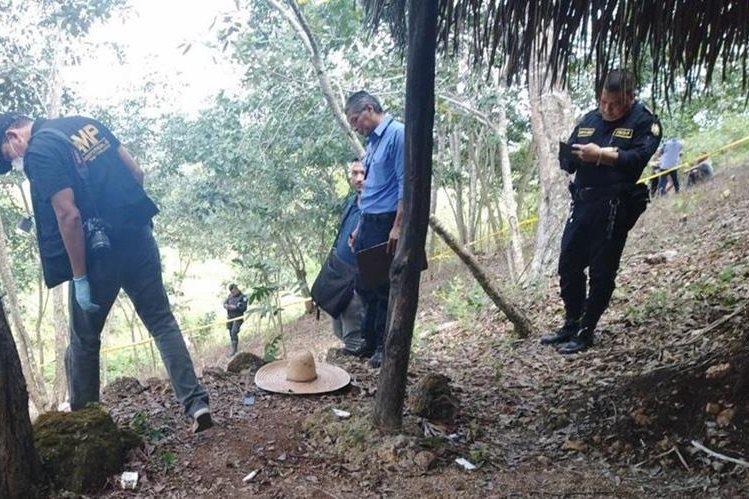 El cadáver del supuesto extranjero fue localizado colgado de un árbol en la colonia El Contador, San Benito, Petén. (Foto Prensa Libre: Rigoberto Escobar)