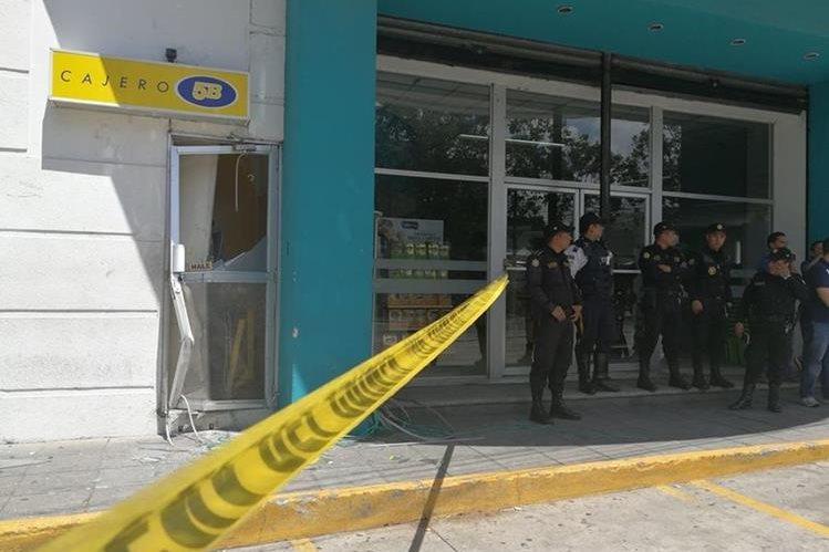 Agentes de la PNC resguardan escena en que fueron forzadas las puertas del cajero automático en zona 2. (Foto Prensa Libre: Esbin García)