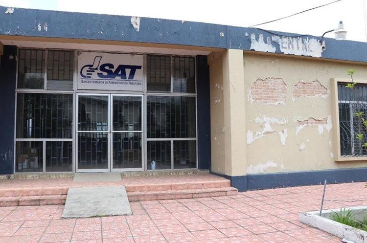 La sede de la Superintendencia de Administración Tributaria fue declarada inhabitable en el 2012. (Foto Prensa Libre: Whitmer Barrera)
