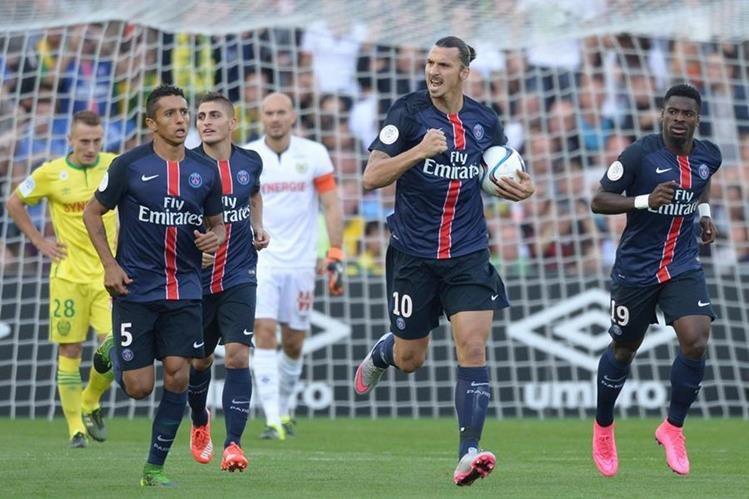 Zlatan festeja luego de anotar para el PSG en el duelo frente al Nantes. (Foto Prensa Libre: AFP)