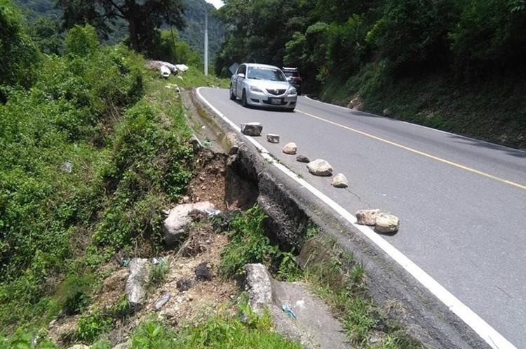 Las fuertes lluvias han provocado daños en la ruta hacia Panajachel. (Foto Prensa Libre: Ángel Julajuj)
