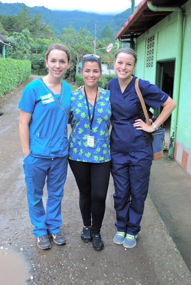 La estadounidense Sondra Lynn, centro, organizaba misiones médicas en Centroamérica. (Foto Prensa Libre: AP).