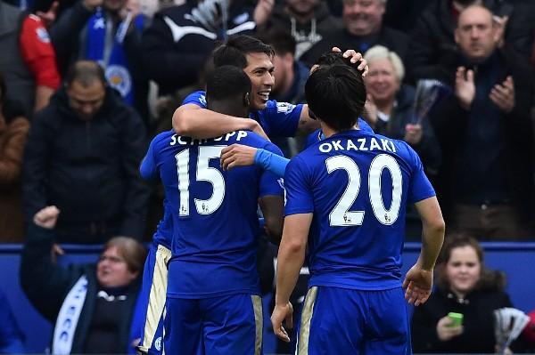 Los jugadores del Leicester felicitan a su compañero Leonardo Ulloa por el doblete. (Foto Prensa Libre: AFP)