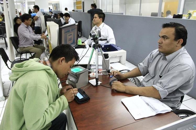 A pesar que se han reducido los índices de guatemaltecos sin documento personal de identificación, cien mil documentos aún no han sido impresos en el Renap. (Foto Prensa Libre: Hemeroteca PL)