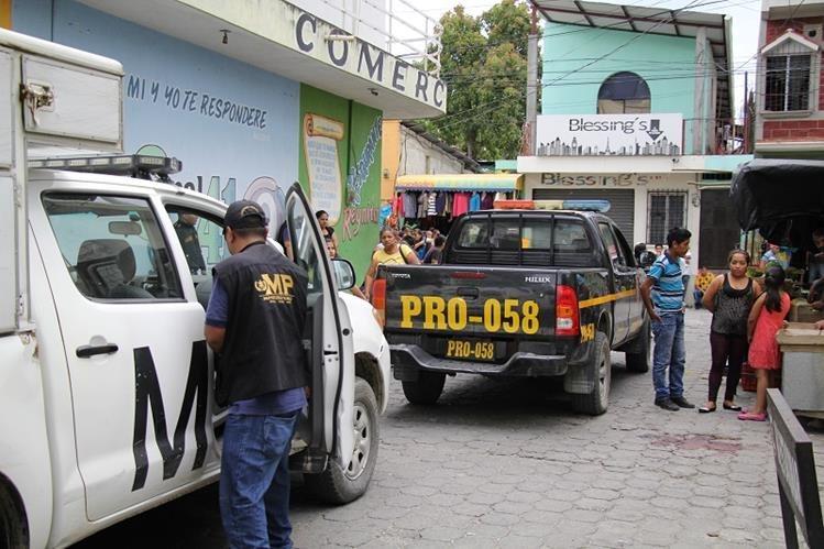 Las autoridades, durante el procesamiento de la escena del ataque armado en el que murió un hombre y resultaron heridas dos mujeres y una niña, quien falleció este domingo. (Foto Prensa Libre: Hugo Oliva)
