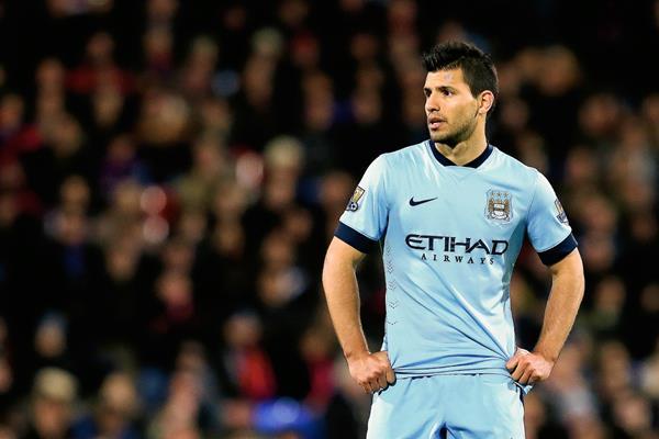 Sergio Aguero luce sorprendido por la falla del City ante el Crystal Palace, que los relega al cuarto puesto de la Premier League. (Foto Prensa Libre:AP)