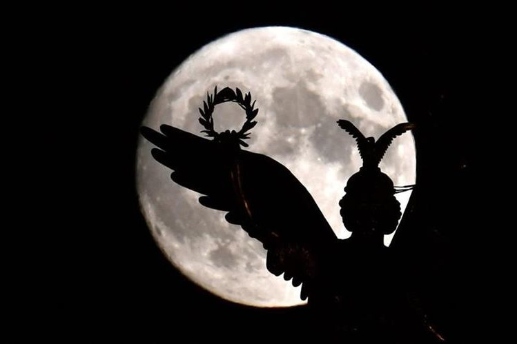 La superluna se observa detrás de un monumento en Berlín, Alemanía. (Foto Prensa Libre: EFE).