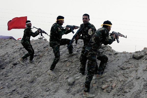 Integrantes de la milicia chiíta iraquí Kitab al-Abbas participan en un entrenamiento en la ciudad  de  Ramadi, la capital de Anbar, (Foto Prensa Libre:EFE).