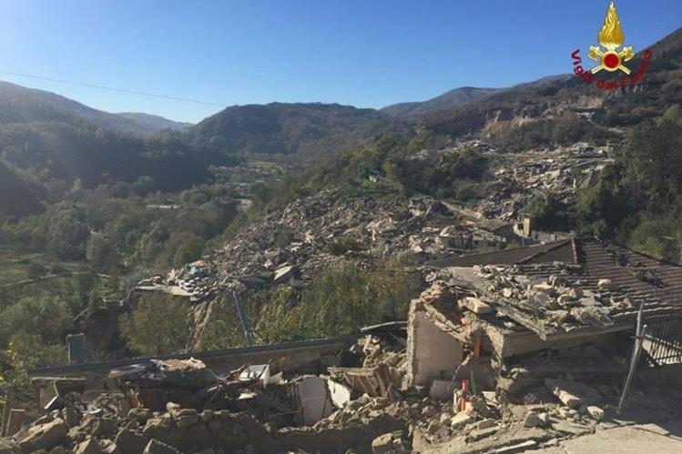 Algunas zonas del centro de Italia quedaron devastadas por completo. (Foto Prensa Libre: EFE)