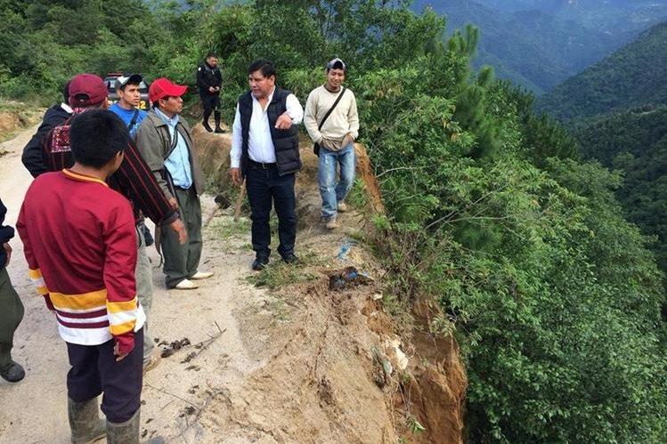 Autoridades locales y líderes comunitarios verifican el tramo de 33 kilómetros que está en pésimas condiciones. (Foto Prensa Libre: Ángel Julajuj)