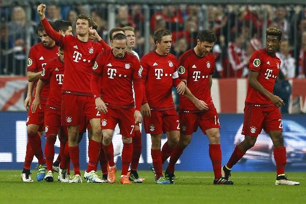 Los jugadores del Bayern Munich celebran junto a Thomas Muller, quien marcó contra Bremen. (Foto Prensa Libre: AP)