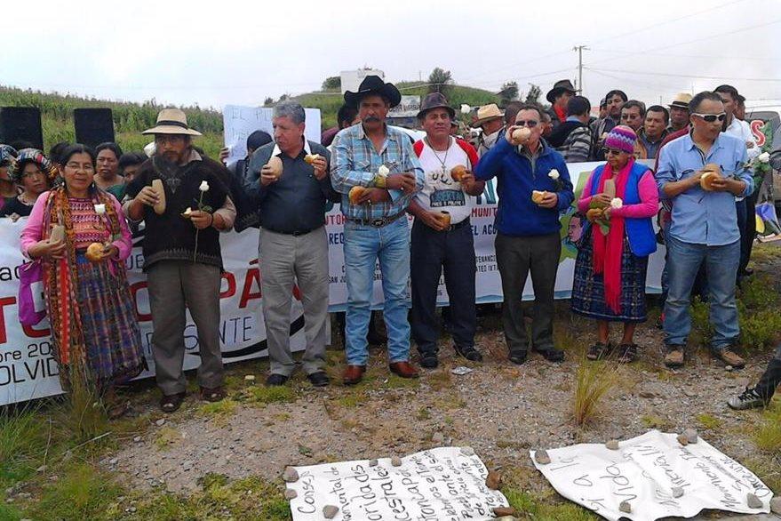La Caravana de la Libertad hace una pausa en su recorrido en la Cumbre de Alaska, Totonicapán. (Foto Prensa Libre: PrensaComunitaria)