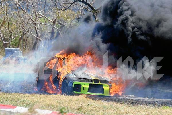 El automóvil quedó varado a un lado de la pista y luego explotó. (Foto Prensa Libre: Óscar Felipe)