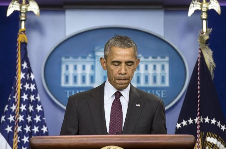 """WAS01. WASHINGTON (DC, EE.UU.), 01/10/2015.- Fotografía de archivo fechada el 1 de octubre de 2015 que muestra al presidente estadounidense, Barack Obama, mientras ofrece una declaración sobre el tiroteo en el Centro Comunitario de Umpqua de Oregon, desde la Casa Blanca, en Washington, DC (EE.UU.). Obama urgió hoy, miércoles 2 de diciembre de 2015, a acabar con la """"pauta"""" que convierte a los tiroteos masivos en algo que ocurre de forma """"normal"""" en el país, después del ataque en San Bernardino (California, EE.UU.), donde se registraron al menos 14 muertos y otros 14 heridos. EFE/Kevin Dietsch/POOL"""