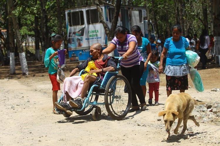 Emiliano Gómez Meléndez (silla de ruedas) acude a la clínica para obtener atención médica y medicamentos. (Foto Prensa Libre: Álvaro Interiano)