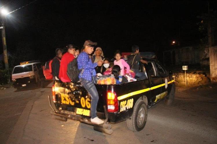 La Policía Nacional Civil apoyó con la movilización de personas.