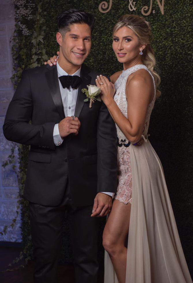 Chyno lució un elegante traje negro y la novia un vestido con cola beige. (Foto Prensa Libre: People en Español).