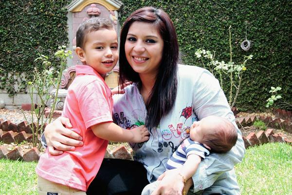 Maria Castellanos junto a sus dos hijos Jesús, de 3 años, y Ángel. (Foto Prensa Libre: Marcela Morales)