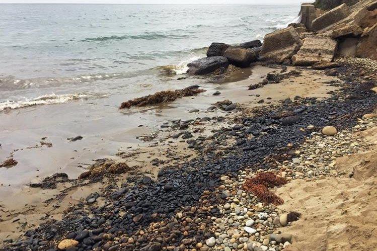 <em>Las autoridades creen que el petróleo no está relacionado al rompimiento de un oleoducto en mayo pasado. (Foto Prensa Libre: AP).</em>